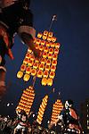 Kanto Matsuri is a lantern festival that takes place at the beginning of August in Akita city. By carrying 8 meters long bamboo poles with 46 paper lanterns weighing about 60 kg (which resemble the ears of rice plant) they pray for a good harvest of rice millet wheat and other grains. There are five ways to carry the kanto (pole) at the sounds of drums and flutes. Akita. Tohoku. Japan.<br /> <br /> Kanto Matsuri est une fête des lanternes qui a lieu début août à Akita. En portant des perches de bambou de 8 mètres de long avec 46 lanternes en papier pesant environ 60 kg (qui ressemblent aux oreilles d'un plant de riz), ils prient pour une bonne récolte de blé, de mil et d'autres céréales. Il y a cinq façons de porter le kanto (pôle) au son des tambours et des flûtes. Akita. Tohoku. Japon.