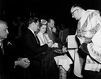 Mariage catholique,dans les annees cinquantes (date inconnue) - echange des anneaux<br /> <br /> PHOTO :  Agence Quebec Presse