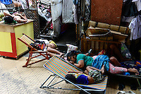 PHILIPPINES, Manila, China Town, sleeping homeless people / PHILIPPINEN, Manila, Chinatown, schlafende Obdachlose