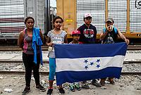 """Familia de indocumentados que busca el sueño americano muestra una bandera de Honduras, forman parte de la Caravana del Migrante conformada por un contingente de 600 personas su mayoría de origen centroamericano, que arribo a Hermosillo a bordo del tren conocido como """"La Bestia"""", provienen de la frontera Sur del País y con rumbo a la ciudad de Mexicali donde continuaran el viaje hasta Tijuana.<br /> La caravana tiene como objetivo solicitar <br /> asilo a Estados Unidos y algunos integrantes piensan solicitar una visa humanitaria en Mexico para laborar en los campos de Sonora y Baja California.<br /> (Photo: AP/Luis Gutierrez)"""