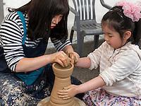 Töpferkurs im Yongdusan Park, Busan, Gyeongsangnam-do, Südkorea, Asien<br /> teaching pottery  in Yongdusan park, Busan,  province Gyeongsangnam-do, South Korea, Asia