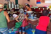 L'Avana, interno di negozio, con clienti e una vecchia bilancia