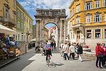 Croatia, Istria, Pula: old town lane with the Arch of the Sergii | Kroatien, Istrien, Pula: Altstadtgasse mit dem Sergierbogen