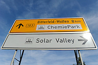 Deutschland Solar Valley Standort vieler Solarfirmen wie Q-cells Sovello bei Bitterfeld-Wolfen in Sachsen-Anhalt | GERMANY Solar valley at Bitterfeld Wolfen, many companies here are in a crisis due to cheap products from China