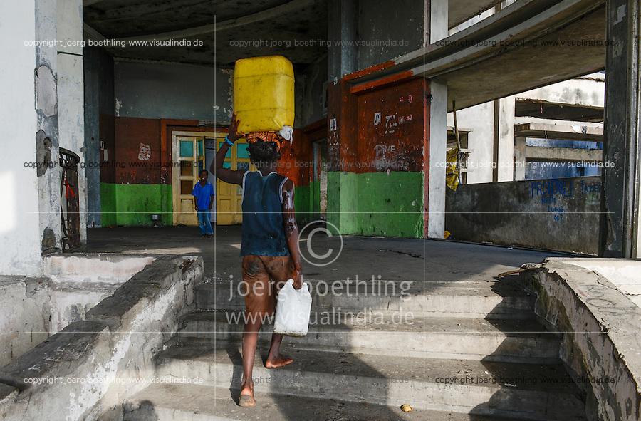 MOZAMBIQUE, Beira, Grande Hotel, five star luxury hotel, opened 1955 during portuguese colonial time, during civil war used by  army, police and as prison, since 1981 occupied by 2000-3000 squatters, children carry water from outside / MOSAMBIK, Beira, Grand Hotel Beira, wurde 1955  in der portugiesischen Kolonialzeit eroeffnet, im Buergerkrieg wurde es durch Armee, Polizei und als Gefaengnis genutzt, seit 1981 wird es von 2000-3000 Obdachlosen ohne Strom-, Abwasser- und Wasserversorgung bewohnt, Kinder tragen Wasser von draussen
