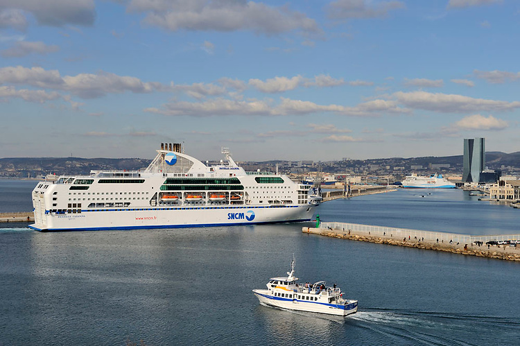 Marseille - Grand Port Maritime de Marseille  - Car Ferry SNCM et navette des îles de la communauté urbaine, avec la tour CMA-CGM en fond