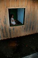 """Manaus AM 16/05/2012 - CHEIA AMAZONAS  Ruas alagadas do bairro do Bariri, centro de Manaus , a cota de água do rio Negro que atingiu hoje sua marca historica de 29,78 metros, a maior enchente ja registrada desde 1902 quando o rio passou a ser medido.  A série """" Amazonas  e as águas"""" retrata a relação da população que sofre os eventos das mudanças climáticas que tem causado cheias e secas recordes nos útimos anos, eventos extremos que acotecem com cada vez mais frequencia. Ao mesmo tempo que não respeitam a natureza, os amazônidas desviam leitos de rios, construoem em áeas protegidas,  poluindo as águas, tem que adaptar-se aos ciclos das águas passando a conviver com esta situação com grande naturalidade. (Foto Alberto Cesar Araujo)"""