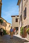 Italien, Marken, Fiorenzuola di Focara: Gasse im Ortszentrum | Italy, Marche, Fiorenzuola di Focara: lane in village centre