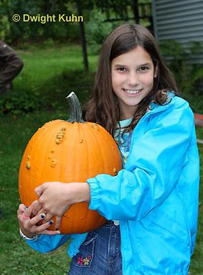 DC08-567z Children with Halloween Pumpkins, just picked, PRA