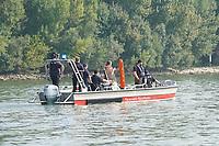 Boot der FFW Raunheim bei der Ausbildung zur Menschenrettung im Rhein - Ginsheim-Gustavsburg 18.09.2021: Bootsführerausbildung des Katastrophenschutz MTK