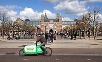 Nederland - Amsterdam - 2020.  Het Museumplein . Koerier van Greenspeed. GreenSpeed bezorgt medicatie voor apotheken met cargobikes.    Foto Berlinda van Dam / Hollandse Hoogte.