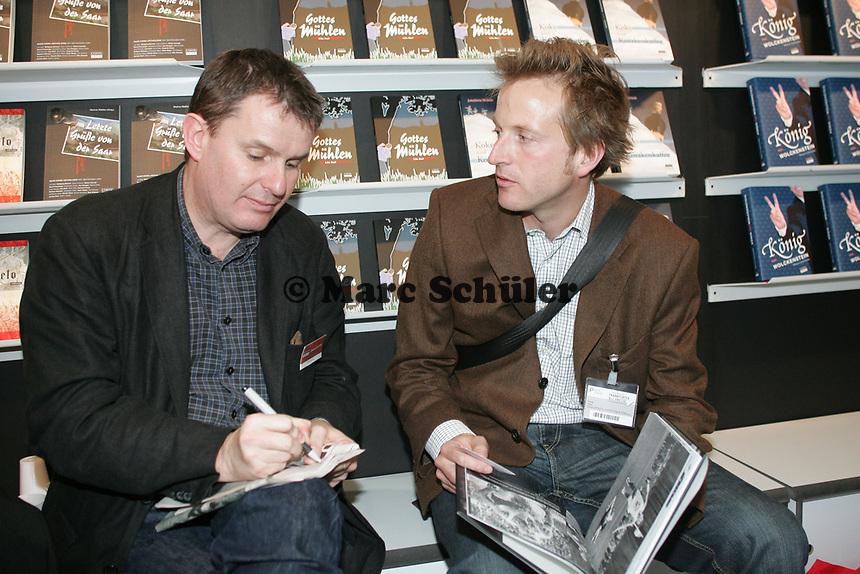 """FAZ Redakteur Christian Kamp (r.) mit CONTE-Verlagsleiter Roland Buhles bei der Besprechung des Buches """"FOTO: Hartmann"""" über Fußballfotografie"""