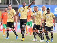 ENVIGADO -COLOMBIA-19-10-2013. Javier Lopez de Itaguí saluda para celebrar un gol durante el encuentro entre Envigado  e Itaguí válido por la fecha 15 de la Liga Postobón II 2013 realizado en el Parque Estadio de la ciudad de Envigado./ Javier Lopez of Envigado greets toi clelebrate a goal during match between Envigado FC and Itagui valid for the 15th date of the Postobon League II 2013 at Parque Estadio in Envigado city.  Photo: VizzorImage/Luis Ríos/STR
