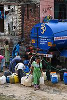 INDIA, Delhi , water supply by tank truck in slum / INDIEN, schlechte unzureichende mangelnde Wasserversorgung per Tankauto in einem Slum am Stadtrand