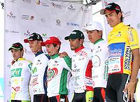BOGOTA - COLOMBIA - 16  -06 -2013: Jonathan Millán (Derecha) se coloca la camiseta de líder de la vuelta a Colombia en bicicleta. Séptima etapa de la vuelta a Colombia en bicicleta disputada entre la ciudad de Ibagué y Bogotá. (Foto: VizzorImage / Felipe Caicedo / Staff).  Jonathan Millán (Right) se coloca la camiseta de lider de la vuelta a Colombia en bicicleta. Séptima etapa de la vuelta a Colombia en bicicleta disputada entre la ciudad de Ibagué y Bogotá.VizzorImage / Felipe Caicedo / Staff