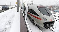 Wintereinbruch in Leipzig - erste geschlossene Schneedecke des Winters 2010 - Neuschnee - im Bild: ICE Bahn verspätung Unfall Triebwagen Kupplung Abstellgleis Inter City Express Zug .Foto: Norman Rembarz .