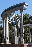 Denkmal Kurmanzan Datka im Eichenpark, Bishkek, Kirgistan, Asien<br /> Monument of Kumanzan Datka in the Oak-Park, Bishkek, Kirgistan, Asia