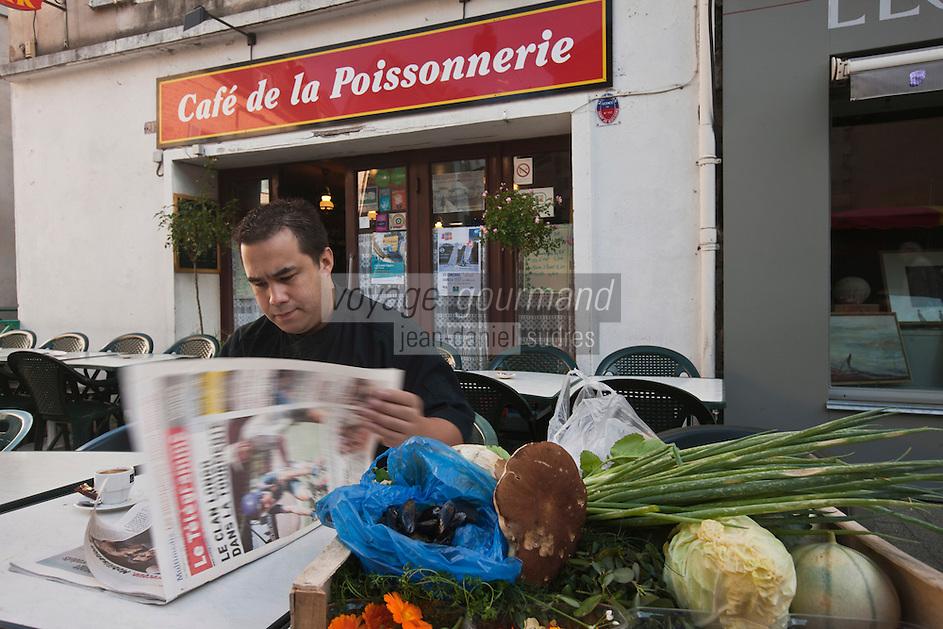 Europe/France/Bretagne/56/Morbihan/Vannes: Aprés avoir fait son marché à  la Halle aux poissons Place de la Poissonnerie Thierry Séchelles du  Restaurant Le Roscanvec prends un café au Café de la Poissonnerie