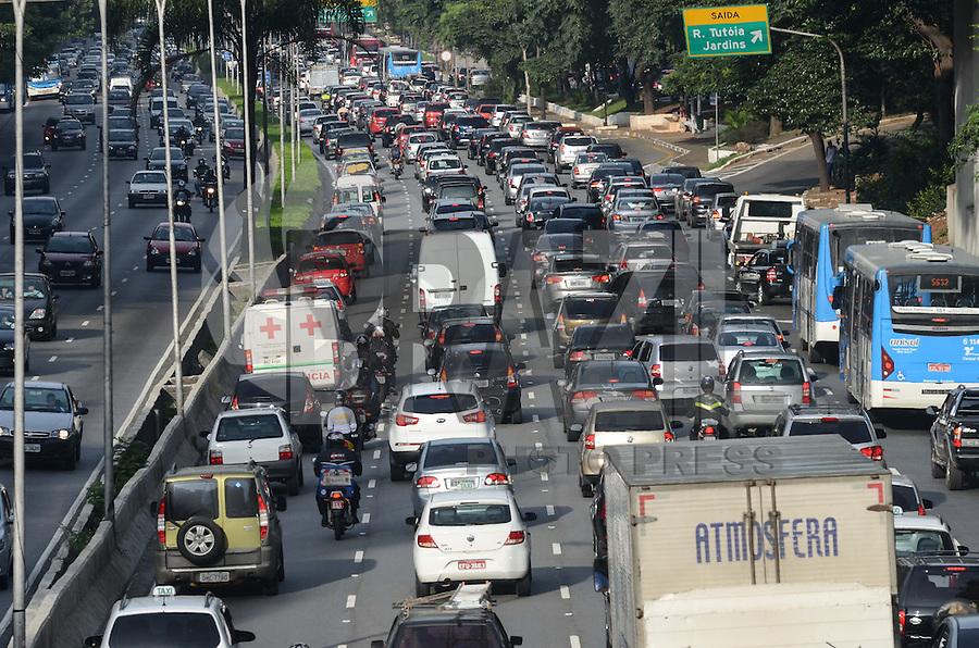 SAO PAULO, 04 DE ABRIL DE 2013 - TRANSITO - SAO PAULO - Transito intenso na Avenida 23 de Maio, altura do Viaduto Santa Generosa, região sul da capital, na manha desta quinta feira, 04.  (FOTO: ALEXANDRE MOREIRA / BRAZIL PHOTO PRESS)