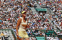 Russia's Maria Sharapova reacts as she plays Germany's Andrea Petkovic during their quarterfinal match of the French Open tennis tournament, at the Roland Garros stadium in Paris, Wednesday, June 1, 2011.(foto: Srdjan Stevanovic/Starsportphoto ©)