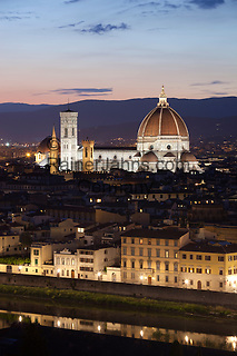Italy, Tuscany, Florence: view of the Duomo at night from Piazza Michelangelo | Italien, Toskana, Florenz: Stadtansicht von der Piazza Michelangelo ueber den Arno und die Altstadt am Abend