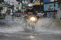 FOTO EMBARGADA PARA VEICULOS INTERNACIONAIS. SAO PAULO, SP, 28/10/2012.Com a forte chuva que caiu sobre a capital paulista, várias ruas ficaram alagadas, na foto a   Radia Leste  no Bairro da Mooca. Luiz Guarnieri/ Brazil Photo Press.
