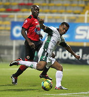 BOGOTA -COLOMBIA- 2 -09-2013. Wilson Morelo ( Der) de La Equidad FC disputa el balon contra  Walter Moreno (Iz) del Cucuta Deportivo ,  partido correspondiente a la octava  fecha de la  Liga Postobon segundo semestre disputado en el estadio de Techo     /  Equidad FC Wilson Morelo  ( R) dispute the ball against Walter Moreno Deportivo Cucuta Walter Moreno (L) , game for the eighth day of the second semester Postobon League match at the Techo Stadium .Photo: VizzorImage / Felipe Caicedo / Sttaff