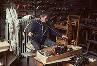 Europe/France/Limousin/23/Creuse/Aubusson: Atelier Tabard - Bobinage: l'échevau est transformé en bobines<br /> PHOTO D'ARCHIVES // ARCHIVAL IMAGES<br /> FRANCE 1980