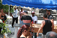 RIO DE JANEIRO, RJ, 15.01.2019: VIOLÊNCIA-RIO - O jovem, Felipe Lima Feitoza, 19 anos, é sepultado no Rio de Janeiro nesta terça-feira (15). Ele morto na frente da casa da namorada, que ficou ferida, em meio à troca de tiros entre bandidos e PMs na Rua Laurindo Lima, em Cavalcanti, Zona Norte do Rio no último domingo. (Foto: Celso Barbosa/Código19)