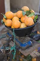 Afrique/Afrique du Nord/Maroc/Fèz: Médina de Fèz-El-Bali détail panier d'oranges du pays sur une balance.