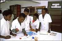 Mozambico, alunni di un istituto tecnico a Maputo. Prova di chimica