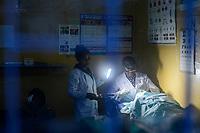 ETHIOPIA Taza Catholic Health Center, eye operation with torch during power cut / AETHIOPIEN Taza Catholic Health Center, Augenklinik, Operation mit Taschenlampe, weil Stromausfall