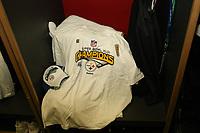 T-Shirt und Kappe des Super Bowl Siegers Pittsburgh Steelers<br /> Super Bowl XLIII - Arizona Cardinals vs. Pittsburgh Steelers<br /> *** Local Caption *** Foto ist honorarpflichtig! zzgl. gesetzl. MwSt. Auf Anfrage in hoeherer Qualitaet/Aufloesung. Belegexemplar an: Marc Schueler, Am Ziegelfalltor 4, 64625 Bensheim, Tel. +49 (0) 6251 86 96 134, www.gameday-mediaservices.de. Email: marc.schueler@gameday-mediaservices.de, Bankverbindung: Volksbank Bergstrasse, Kto.: 151297, BLZ: 50960101