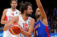 Spain's Sergio Llull (L) vies with France's Tony Parker (R) during European championship semi-final basketball match between France and Spain on September 17, 2015 in Lille, France  (credit image & photo: Pedja Milosavljevic / STARSPORT)