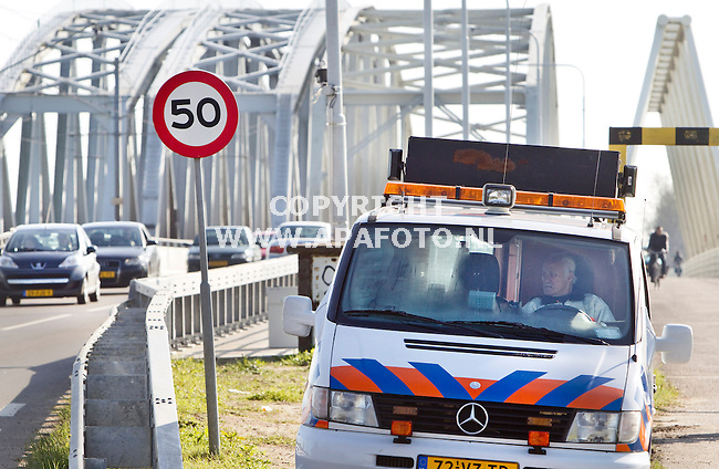 Westervoort, 211011<br /> Een verkeersregelaar houdt vanuit zijn auto zicht op het verkeer. Hij moet in de gaten houden of er een breed voertuig  aankomt wat op de Westervoortse brug een ander breed voertuig niet kan passeren. Hij heeft daarbij contact met een verkeerregelaar aan de andere kant van de brug.<br /> Foto: Sjef Prins - APA Foto