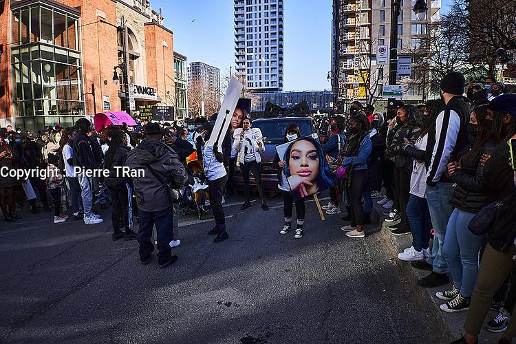 Manifestation anti-feminicides, le 2 avril 2021, dans les rues de Montreal.<br /> <br /> <br /> PHOTO - Pierre Tran - Agence Quebec Presse