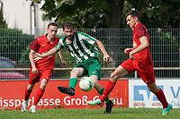 Emre Kanmaz (Klein-Gerau) zieht ab gegen Joscha Wolf (Bauschheim) - 15.08.2021 Büttelborn: SV Klein-Gerau vs. SKG Bauschheim, A-Liga