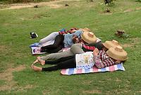 Gärtnerinnen bei der Siesta im Park, Sanya auf der Insel Hainan, China<br /> gardeners sleeping in park, Sanya,  Hainan island, China