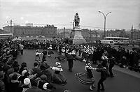 Allées Jean-Jaurès. Le 14 Janvier 1967. Vue d'un défile de danse folklorique sur les allées Jean-Jaurès, près de la statue de Riquet.