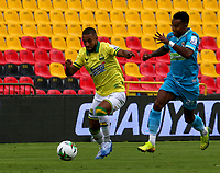 BUCARAMANGA - COLOMBIA, 07-11-2020: Daniel Restrepo de Atletico Bucaramanga y Diomar Diaz de Jaguares de Cordoba F. C. disputan el balon, durante partido entre Atletico Bucaramanga y Jaguares de Cordoba F. C., de la fecha 18 por la Liga BetPlay DIMAYOR 2020, jugado en el estadio Alfonso Lopez de la ciudad de Bucaramanga. / Daniel Restrepo of Atletico Bucaramanga and Diomar Diaz of Jaguares de Cordoba F. C. vie for the ball during a match between Atletico Bucaramanga and Jaguares de Cordoba F. C., of the 18th date for the BetPlay DIMAYOR League 2020 at the Alfonso Lopez stadium in Bucaramanga city. / Photo: VizzorImage / Jaime Moreno / Cont.