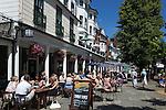 Great Britain, England, Kent, Royal Tunbridge Wells: Cafes along the Pantiles | Grossbritannien, England, Kent, Royal Tunbridge Wells: Cafes entlang The Pantiles, Kurpromenade mit Kolonnaden