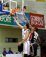 MANIZALES -COLOMBIA, 15-10-2013. Barrera Londoño (I)  del Once lucha por el balón con Bolívar Centeno (D) de Halcones durante el partido entre Manizales Once Caldas y Halcones de Cúcuta válido por la fecha 27 Liga DirecTV de Baloncesto 2013-II de Colombia jugado en el coliseo Jorge Arango de la ciudad de Manizales./  Barrera Londoño (L) of Once fights for the ball with Bolivar Centeno (R) of halcones during match between Manizales Once Caldas and Halcones de Cucuta valid for the 27th date of DirecTV Basketball League 2013-II in Colombia at Jorge Arango coliseum in Manizales. Photo:VizzorImage / Santiago Osorio / STR