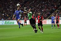 Markus Pröll (Eintracht Frankfurt) klärt gegen Christian Timm (Karlsruher SC)