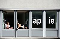 Lesen als Therapie : DEUTSCHLAND, HAMBURG 06.01.2012 : Schueler einer Schule fuer Pysio Theraphie machen pause und lesen am Fenster.- Aufwind-Luftbilder <br /> <br /> Achtung: keine persönlichkeitsrechte Vorhanden !!!!!!