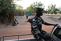 NIGER Zinder, due to terrorism and insecurity police patrol in village / NIGER Zinder, Dorf BABAN TAPKI, Polizei Streife im Dorf, viele Gebiete sind unsicher und von Terroristen bedroht