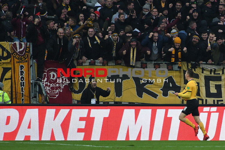 01.12.2018,  GER; 2. FBL, FC St. Pauli vs SG Dynamo Dresden ,DFL REGULATIONS PROHIBIT ANY USE OF PHOTOGRAPHS AS IMAGE SEQUENCES AND/OR QUASI-VIDEO, im Bild Jannik Mueller (Müller Dresden #18) schiesst den Ausgleich zum 1-1 fuer Dresden und jubelt zu den Fans Foto © nordphoto / Witke