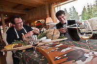 Europe/France/Rhône-Alpes/74/Haute-Savoie/Manigod: Eric Guelpa et Pierre Lesage  de gauche à droite, restaurant:   Chalets-Hotels de la Croix Fry - travaillent sur les accords mets vin autour des fromages de Savoie [Non destiné à un usage publicitaire - Not intended for an advertising use]