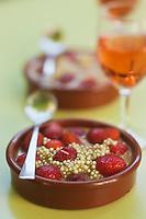 Europe/France/Provence-Alpes-Côte d'Azur/84/Vaucluse/Lubéron/Apt: Gratin de fraises et de perles de tapioca à la lavande et du vin blanc au basilic, recette de Nicolas Daubigney, Restaurant Thym te voilà