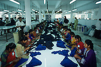 "Asien Indien IND Tamil Nadu Tirupur , .Arbeiter in einer Textilfabrik n?hen Unterwaesche f?r den Export fuer westliche Textildiscounter - Industrie Textil Textilien saubere Kleidung Textilbetriebe Globalisierung Arbeit Textilarbeiter  Dritte Welt Billiglohnl?nder WTO ILO xagndaz | .Third world Asia India .worker sew underwear for export in textile unit at textile industry place T-shirt town Tirupur in Tamil Nadu - textiles globalization trade clothes clean campaign  ccc garments fabric cotton industries labour labourer . | [copyright  (c) Joerg Boethling/agenda , Veroeffentlichung nur gegen Honorar und Belegexemplar an / royalties to: agenda  Rothestr. 66  D-22765 Hamburg  ph. ++49 40 391 907 14  e-mail: boethling@agenda-fototext.de  www.agenda-fototext.de  Bank: Hamburger Sparkasse BLZ 200 505 50 kto. 1281 120 178  IBAN: DE96 2005 0550 1281 1201 78 BIC: ""HASPDEHH""] [#0,26,121#]"
