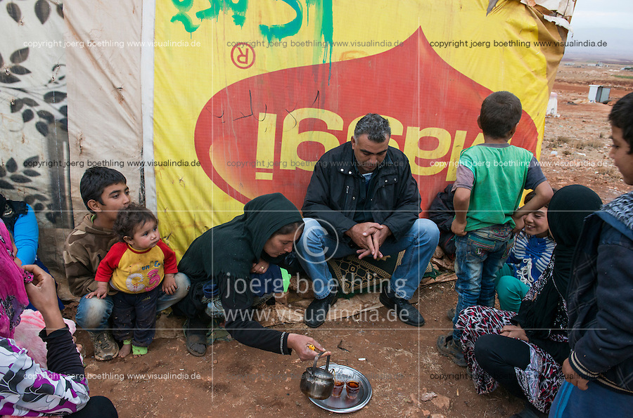 LEBANON Beqaa valley, Deir el Ahmad, camp for syrian refugees, family in tent made of MAGGI advertisement poster / LIBANON Bekaa Tal, Deir el Ahmad, Camp fuer syrische Fluechtlinge am Dorfrand, Zelt aus alter Maggi Werbung des Konzern Nestle